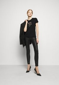 KARL LAGERFELD - IKONIK RHINESTONE KARL - T-Shirt print - black - 1