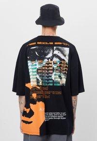 Bershka - T-shirt con stampa - black - 2