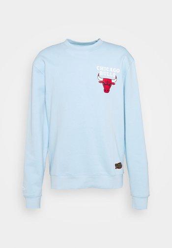 NBA CHICAGO BULLS WARM UP PASTEL CREW - Klubbklær - sky blue