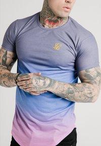 SIKSILK - CURVED HEM FADE TEE - Print T-shirt - tri neon - 4