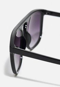 Urban Classics - MYKONOS WITH CHAIN UNISEX - Sunglasses - black/silver-coloured - 2