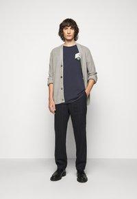 Henrik Vibskov - MAN IN BATHROOM TEE - T-shirt imprimé - dark blue / multi-coloured - 1