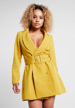 BELTED BLAZER DRESS OLIVE - Skjortekjole - green