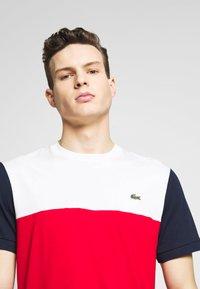 Lacoste - T-shirt imprimé - rouge/farine/marine - 4