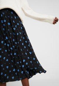 TOM TAILOR DENIM - FLOWER PLISSEE SKIRT - Áčková sukně - black/blue - 4