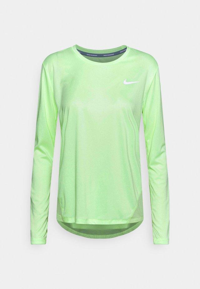 MILER - T-shirt de sport - barely volt/reflective silver