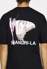 9N1M SENSE - SHANGRI LA BUTTERFLY UNISEX - Print T-shirt - black - 3