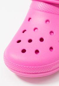 Crocs - CLASSIC LINED - Pantuflas - electric pink - 2