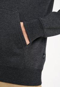 Vans - MN BASIC PULLOVER FLEECE - Jersey con capucha - black heather - 5