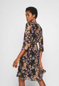 Pieces - PCNANNA TIEBELT DRESS - Sukienka letnia - black - 2