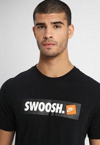 Nike Sportswear - Triko spotiskem - black/white - 4