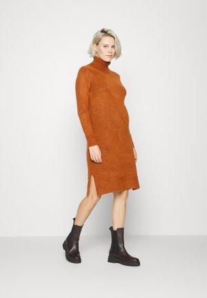 MLSUNN HIGH NECK DRESS - Stickad klänning - umber
