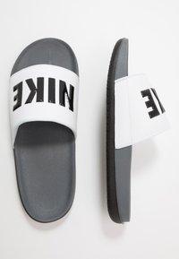 Nike Sportswear - OFFCOURT - Matalakantaiset pistokkaat - dark grey/black/white - 1