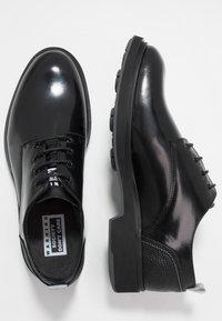 Society - CHARLIE 4 EYE DERBY - Šněrovací boty - black polido - 1