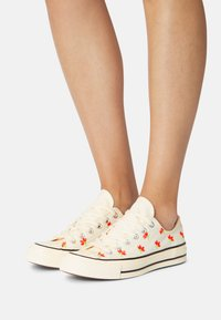 Converse - CHUCK 70 EMBROIDERED GARDEN PARTY - Trainers - egret/bright poppy/black - 3