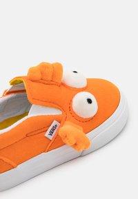 Vans - THE SIMPSONS FISH UNISEX - Mocasines - orange - 5