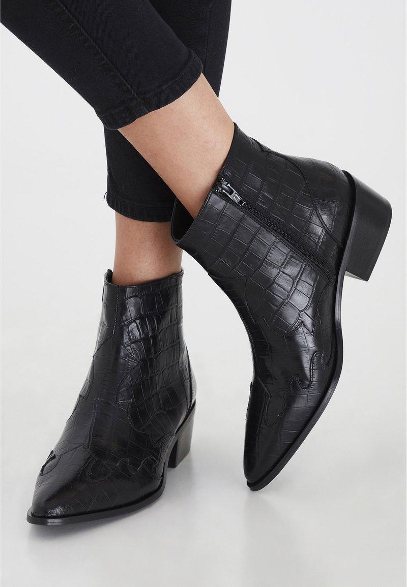 ICHI - IAWESTERN CROCO FW - Ankle boots - black