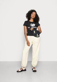 New Balance - ESSENTIALS STACKED LOGO TEE - Print T-shirt - black - 1