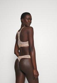 Calvin Klein Underwear - MODERN UNLINED BRALETTE - Alustoppi - savannah/honey almond - 2