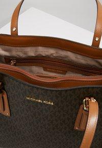 MICHAEL Michael Kors - VOYAGER SIGNATURE TOTE - Handbag - brown - 4