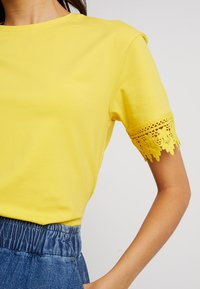 mint&berry - T-shirt print - primose yellow - 5