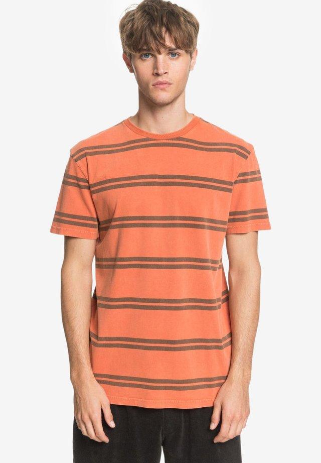 CAPITOA  - Print T-shirt - redwood