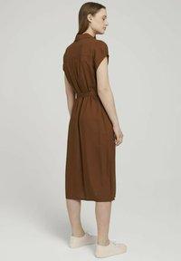 TOM TAILOR DENIM - MIT GÜRTEL - Shirt dress - amber brown - 2
