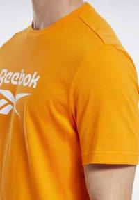 Reebok Classic - CLASSICS VECTOR T-SHIRT - Print T-shirt - orange - 4