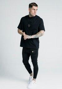 SIKSILK - X DANI ALVES ATHLETE TRACK PANTS - Pantalon de survêtement - black - 1