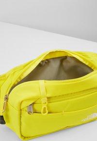 The North Face - BOZER HIP PACK UNISEX - Sac banane - lemon/black - 5