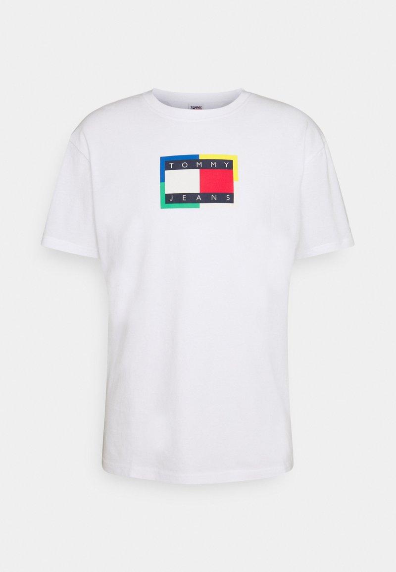 Tommy Jeans - FLAG TEE UNISEX - Triko spotiskem - white