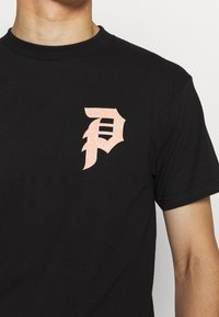 Primitive - ICHIRAKU DIRTY TEE - Print T-shirt - black - 5
