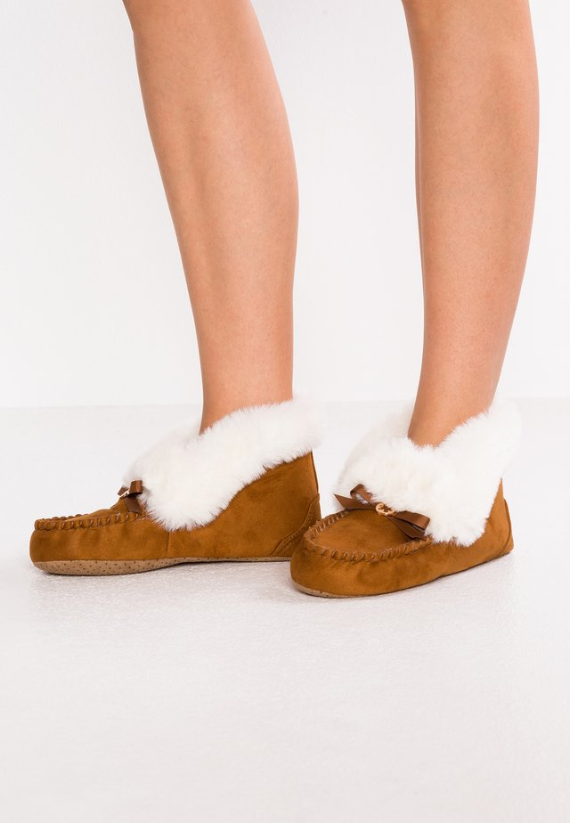 MOCASSIN BOOTY - Chaussons - cognac