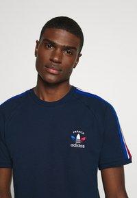 adidas Originals - STRIPES SPORTS INSPIRED SHORT SLEEVE TEE UNISEX - Print T-shirt - collegiate navy - 4