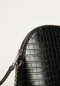 Bershka - 03386266 - Across body bag - black - 5