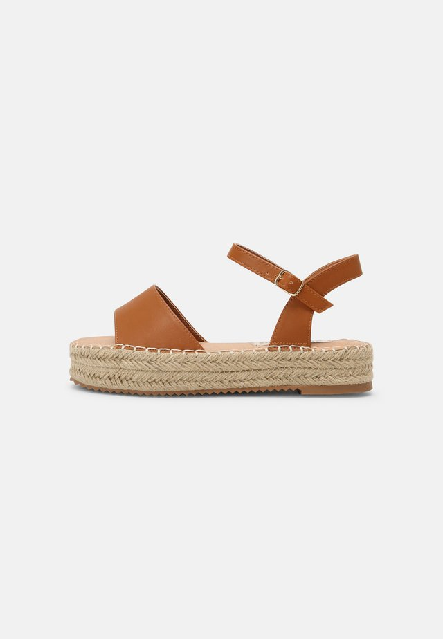 Sandalen met plateauzool - tan