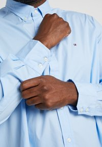 Tommy Hilfiger - STRETCH - Shirt - blue