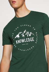 KnowledgeCotton Apparel - ALDER MOUNTAIN TEE - Triko s potiskem - green - 4