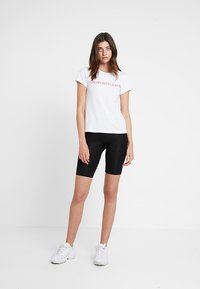Calvin Klein Jeans - INSTITUTIONAL LOGO SLIM FIT TEE - T-shirts print - bright white/barbados cherry - 1