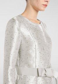 Apart - Classic coat - creme-schwarz - 3