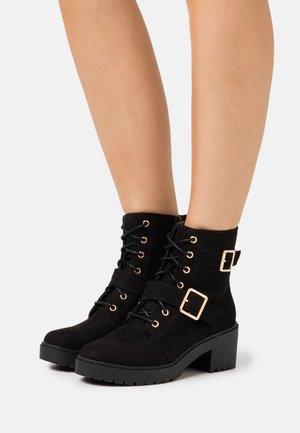 MARLEY BLOCK HEEL CLEAT HEEL BOOT - Kotníkové boty na platformě - black