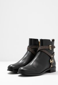 MICHAEL Michael Kors - PRESTON FLAT BOOTIE - Korte laarzen - black/brown - 4