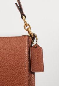 Coach - SHAY SHOULDER BAG - Handbag - saddle - 4