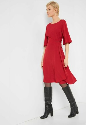 MIT U-BOOT-AUSSCHNITT - Day dress - grapefruit rot