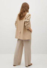 Mango - FLUIDO PLISADO - Trousers - marrón medio - 2