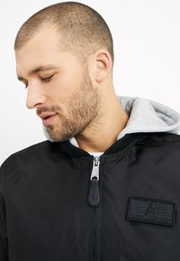 Alpha Industries - HOOD - Bomber bunda - black - 4