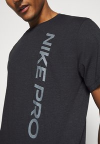 Nike Performance - BURNOUT - T-shirt print - black/smoke grey