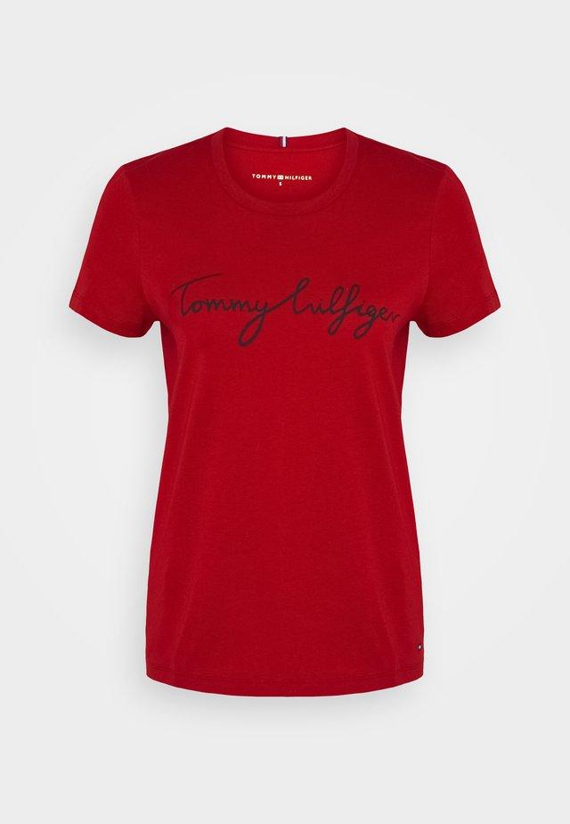 CREW NECK GRAPHIC TEE - Print T-shirt - arizona red