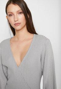 Lost Ink Petite - WRAP DRESS WITH FULL SLEEVE - Strikket kjole - grey - 4
