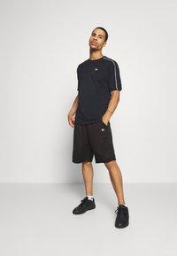New Era - SHORT REVERSIBLE - Sports shorts - red/black - 1